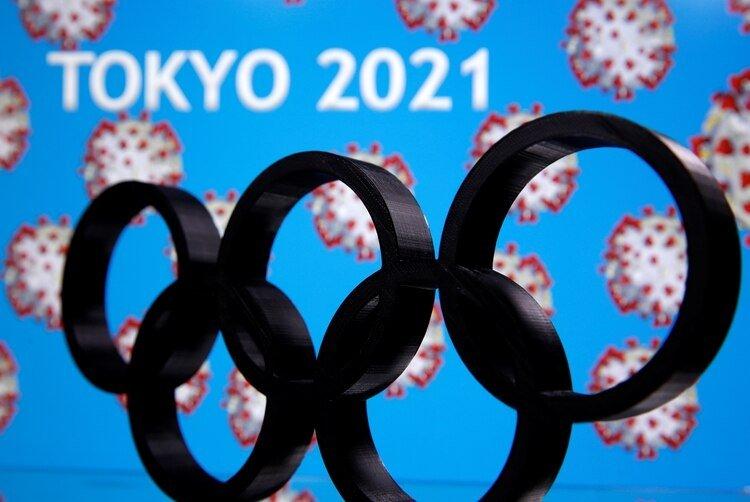 Un logo de las Olimpiadas impreso en 3D se ve delante de las palabras