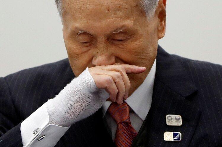 Yoshiro Mori, Presidente del Comité Organizador de los Juegos Olímpicos de Tokio 2020, asiste a una conferencia de prensa tras una reunión telefónica con el Presidente del COI Thomas Bach, el 24 de marzo de 2020 (REUTERS/Issei Kato)
