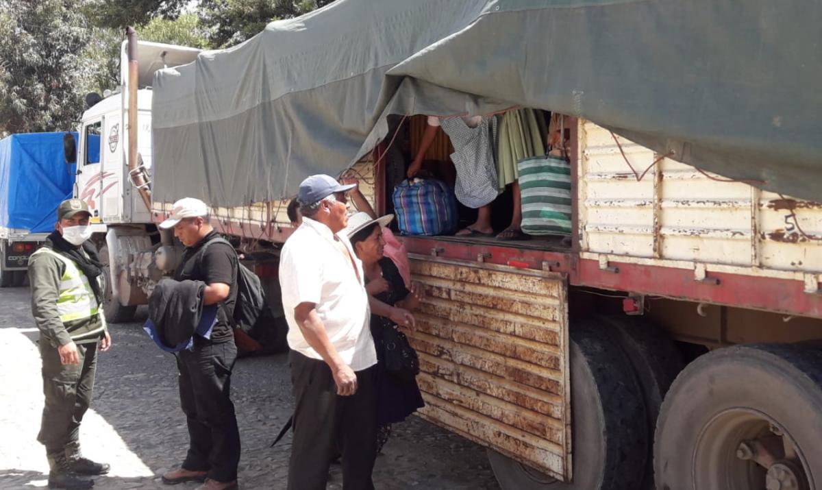 Algunos pasajeros cuando bajaban del camión. COMANDO REGIONAL DE SACABA