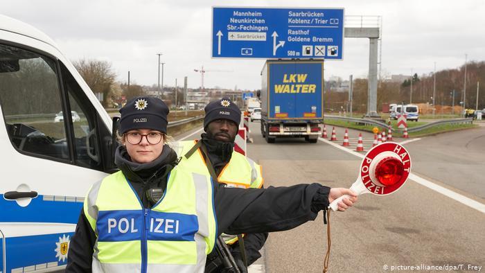 Controles policiales en la frontera entre el estado federado del Sarre, Alemania y Francia.