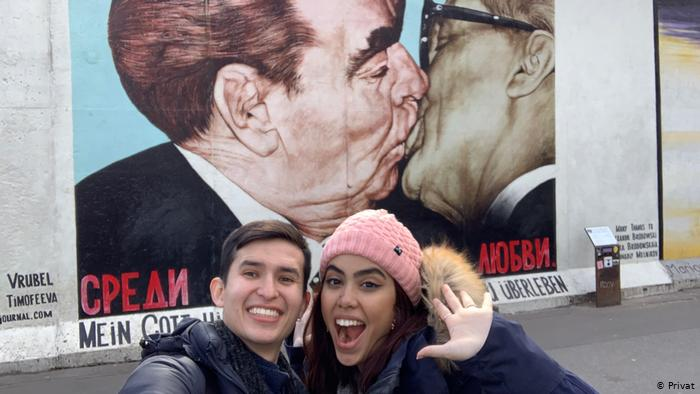 Los blogueros Daniel Rubio y Stefany Castillo esperan que Bogotá y Berlín coordinen un posible vuelo humanitario