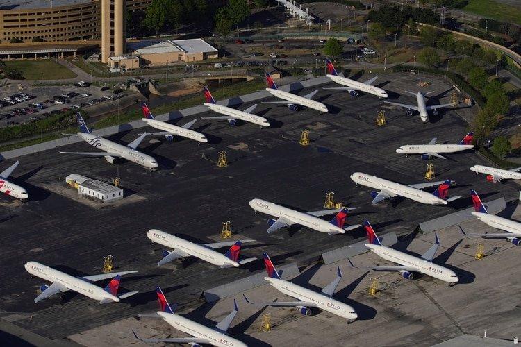 Aviones de la aerolínea Delta estacionados en el aeropuerto internacional de Birmingham-Shuttlesworth por la crisis del coronavirus (REUTERS/Elijah Nouvelage)