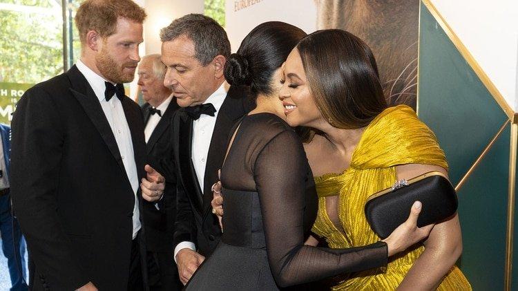 Harry con el CEO de Disney, Robert Iger, mientras Meghan saluda a Beyoncé (AFP)