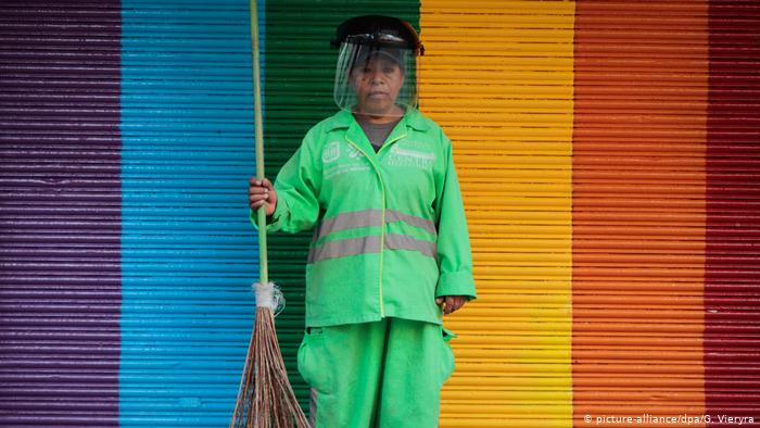 Mexiko | Coronavirus: Straßenreinigerin mit Gesichtsmaske (picture-alliance/dpa/G. Vieryra)