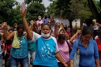 Familiares de internos protestan fuera de la penitenciaría de Los Llanos luego de un motín dentro de la prisión que dejó a decenas de muertes