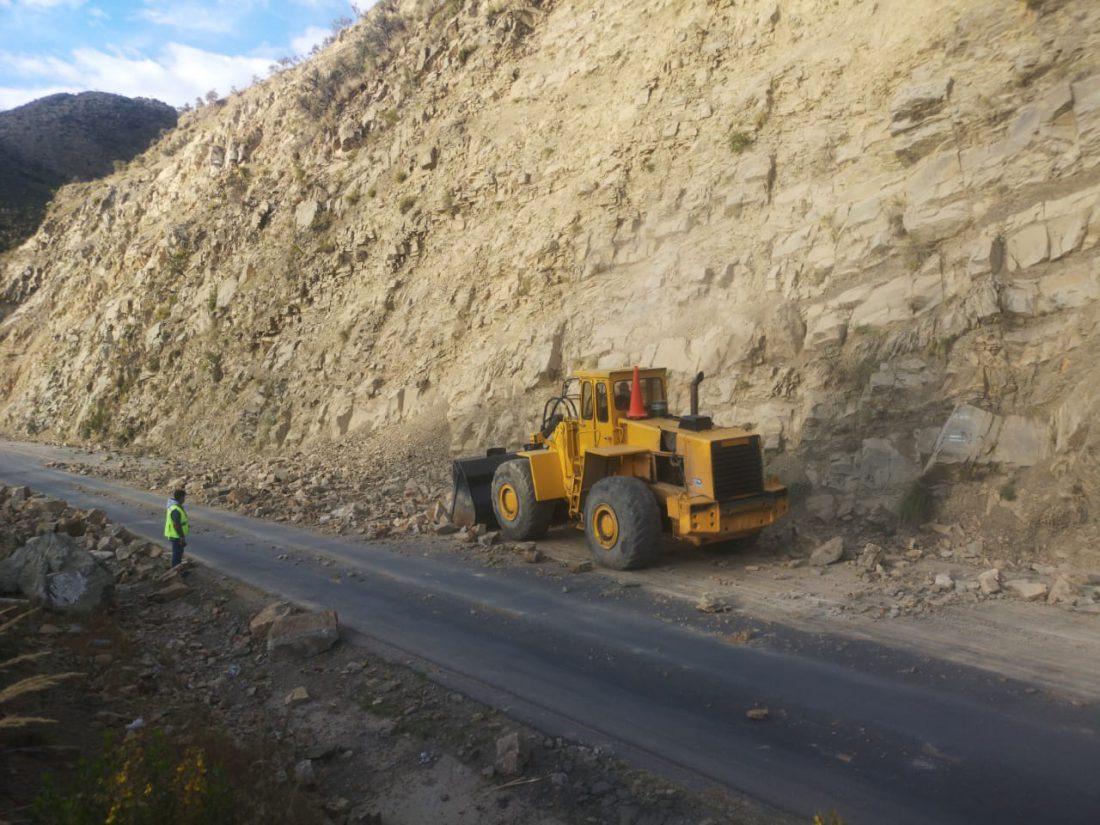Limpian la carretera Oruro-Cochabamba tras dinamitazo en un cerro en el sector de Bombeo