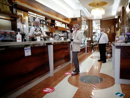 Un hombre toma un café en Milán (REUTERS/Alessandro Garofalo)