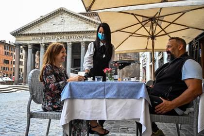 Un café en un bar frente al Panteón, en Roma. (ANDREAS SOLARO / AFP)