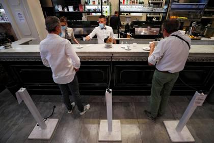 Un bar en Roma este lunes. (REUTERS/Guglielmo Mangiapane)