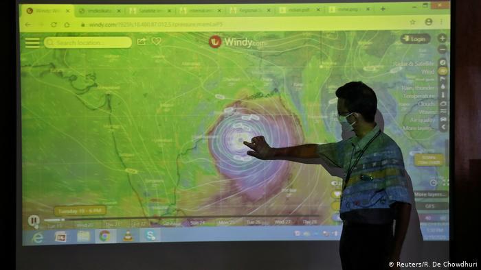 Informe meteorológico en Calcuta, India, muestra la llegada del súper ciclón Amphan. (19.05.2020).
