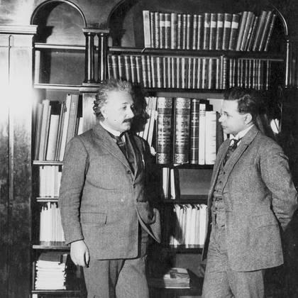 Albert Einstein fue una gran inspiración para la tenacidad de su hijo Hans Albert Einstein, pero a la vez proyectó sombra sobre su carrera. (Lotte Jacobi/Granger/Shutterstock)