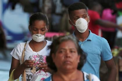 Personas usan mascarillas luego de que llegara el brote de coronavirus a Ciudad de Panamá