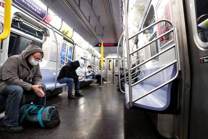 El distanciamiento social y las mascarillas son clave para evitar los contagios (Reuters)