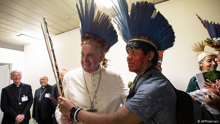 En el Sínodo sobre la Amazonía celebrado en el Vaticano se analizó la situación de la Amazonía y de sus pueblos originarios. El lema fue fue Amazonía: nuevos caminos para la iglesia y para una ecología integral.