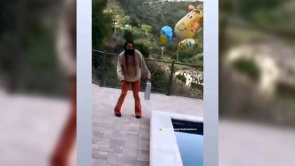 En la imagen se ven los globos que Monét sostiene junto con un regalo (Foto: Captura de pantalla)