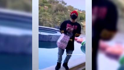 Un hombre también apareció en la fotografía (Foto: Captura de pantalla)