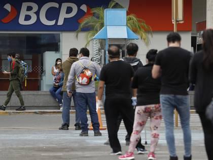 Un grupo de personas fue registrado el pasado martes al hacer fila frente a la sede de una oficina del Banco de Crédito del Perú, en la capital peruana. EFE/Paolo Aguilar