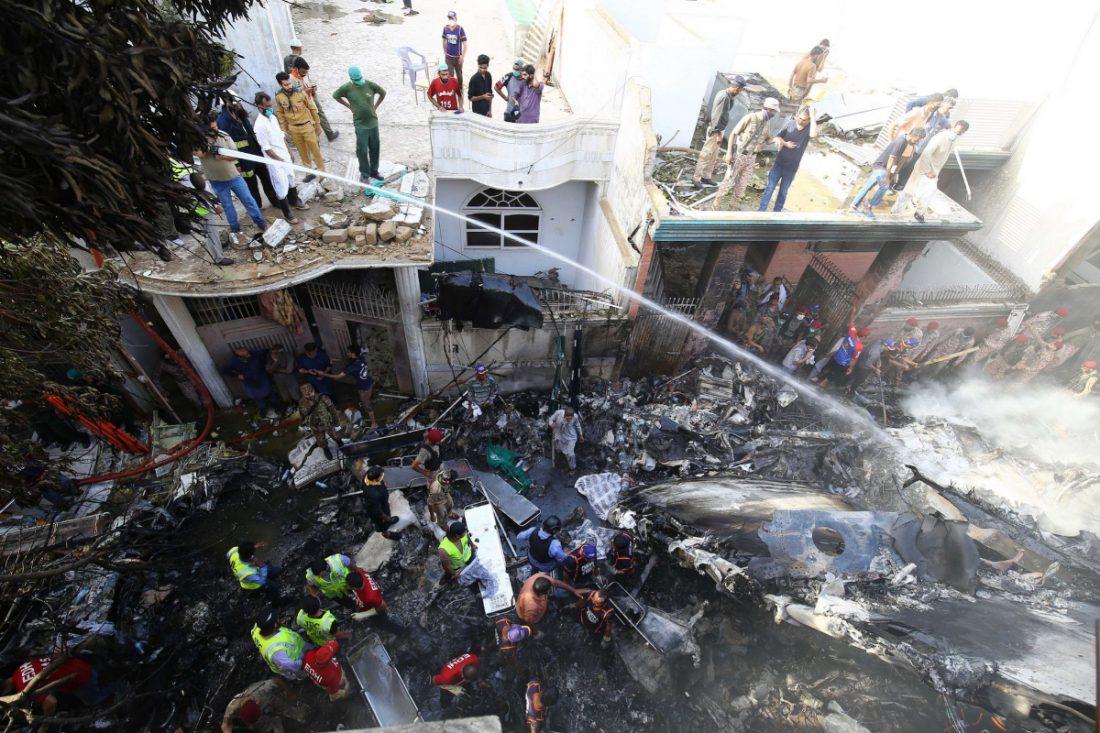 Trabajadores en el lugar del accidente, en Karachi.