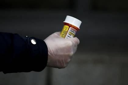 FOTO DE ARCHIVO. Laura Ng, que tiene lupus y recientemente tuvo que llamar al menos a cinco farmacias antes de poder encontrar un lugar para surtir su receta de hidroxicloroquina, es fotografiada en Seattle, Washington, EEUU. 31 de marzo de 2020. REUTERS/Lindsey Wasson