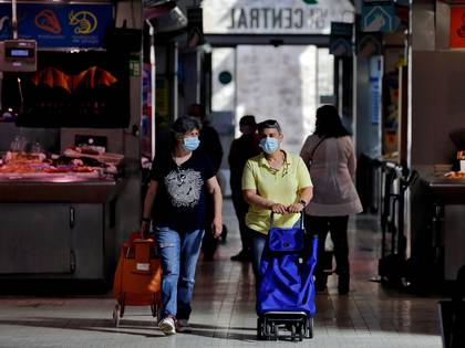 Personas protegidas con mascarillas en el Mercado Central de Valencia (EFE/ Manuel Bruque)