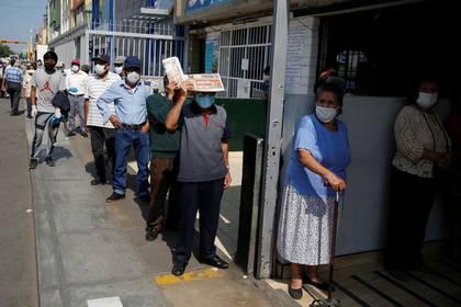 Personas esperan fuera del mercado central de Lima mientras Perú extiende una paralización de actividades por el brote del coronavirus (REUTERS/Sebastian Castaneda)