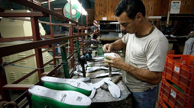 Un trabajador en una empresa pyme del calzado. Un sector que se quedó sin demanda a partir de la paralización obligada de la oferta