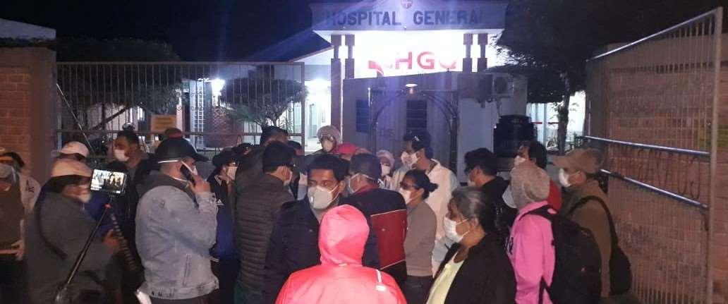 Varias personas se agolparon fuera del hospital a la llegada de autoridades, anoche