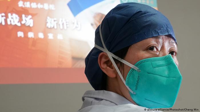Foto de médico chino con mascarilla
