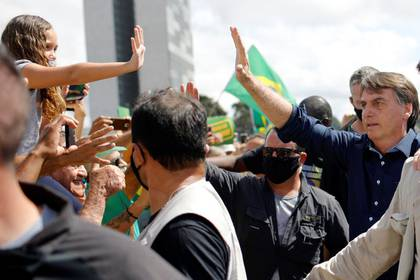 El presidente de Brasil, Jair Bolsonaro, saluda a partidarios durante una manifestación en favor a su Gobierno en Brasilia, pese a las recomendaciones de distanciamiento social por la pandemia de coronavirus (REUTERS/Adriano Machado)