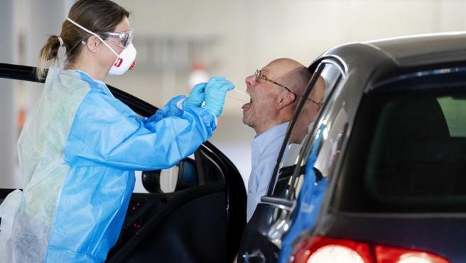 Un trabajador de la salud recoge una muestra de un conductor en un autocine en Rotterdam, Holanda.