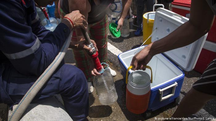 Los venezolanos sufren no solo de escasez de alimentos, sino también de agua, y eso durante la pandemia de COVID-19.