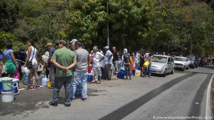 Filas para llenar recipientes con agua en Caracas. La falta de agua y electricidad golpea a menudo a los venezolanos. (Archivo).