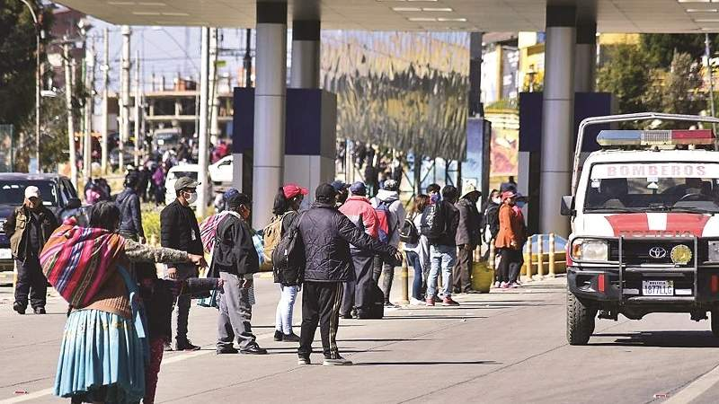 Transporte público vuelve en El Alto con aglomeraciones y caos
