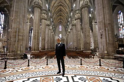 Andrea Bocelli se prepara para cantar en el Duomo de la Catedral de Milán (REUTERS)