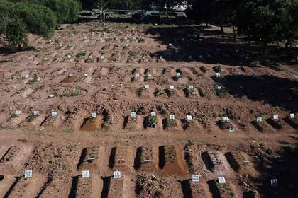 Imagen de tumbas abiertas en el cementerio de Nova Cachoeirinha en Sao Paulo, Brasil. 26 mayo 2020. REUTERS/Amanda Perobelli
