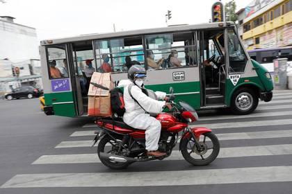 Un hombre maneja una moto en la alcaldía Iztapalapa a medida que la pandemia del coronavirus continúa en Ciudad de México (Foto: Reuters/Carlos Jasso)