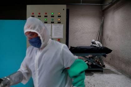 Personal de un crematorio trabajando con cuerpos de personas que fallecieron de coronavirus (Foto: Reuters/Carlos Jasso)