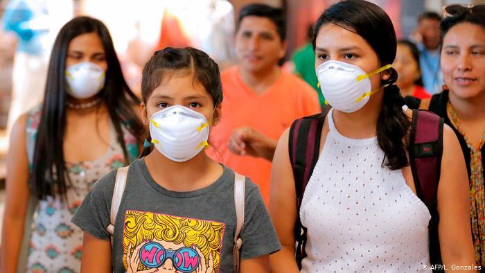 Mujeres con mascarilla en Lima, Perú.