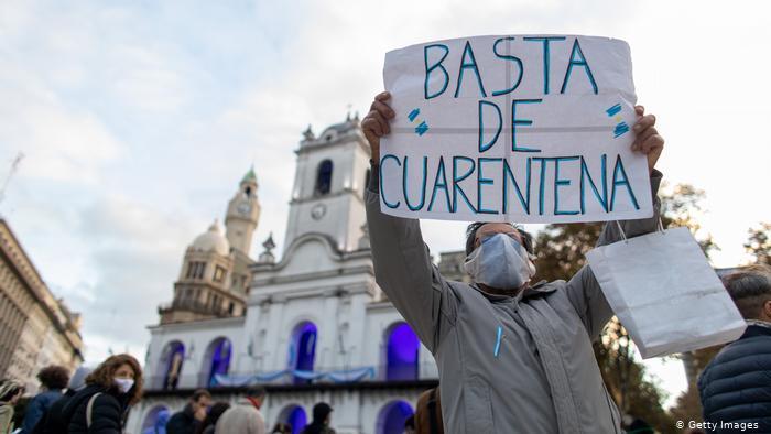 Protestas contra la cuarentena por el coronavirus en la Plaza de Mayo, Buenos Aires.