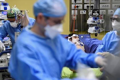 Los miembros del personal médico en trajes de protección tratan a un paciente de 18 años que padece la enfermedad por coronavirus (COVID-19) en una unidad de cuidados intensivos en el hospital San Raffaele en Milán, Italia, 27 de marzo de 2020 (REUTERS / Flavio Lo Scalzo)