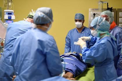 Personal médico en el hospital San Raffaele de Milán (REUTERS/Flavio Lo Scalzo)