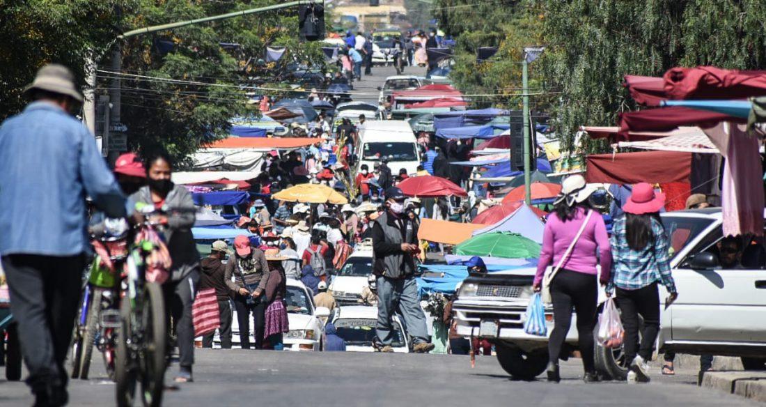 Vehículos y gente se mezclan sin medidas de control en Cochabamba. DICO SOLÍS