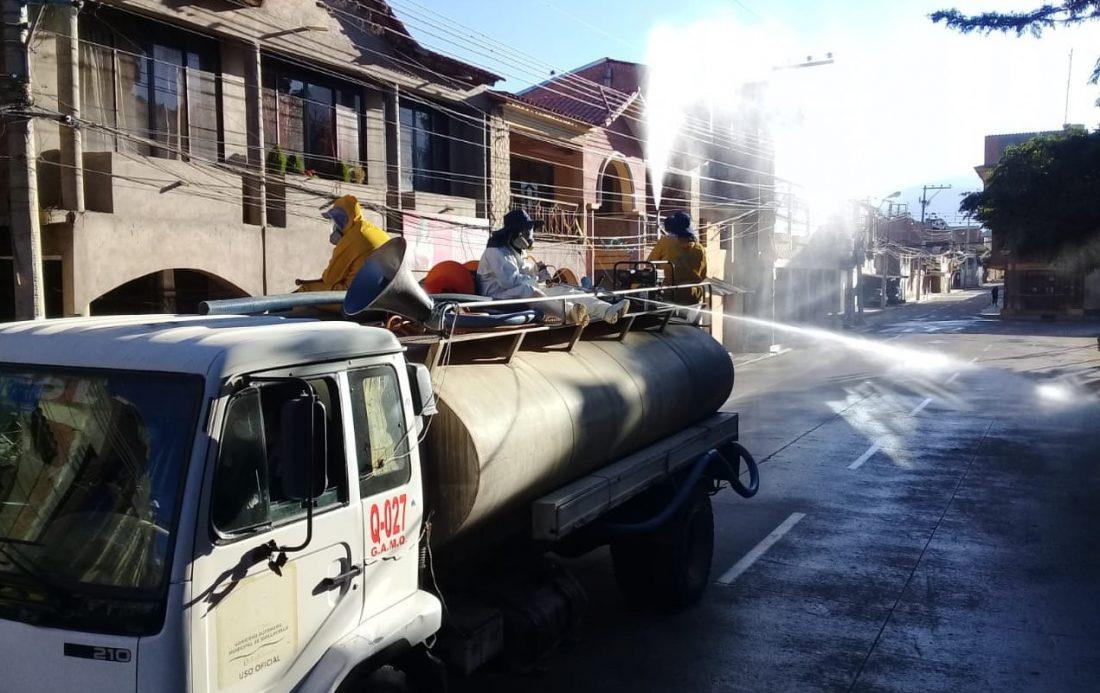 La fumigación en una de las calles de Quillacollo. ALCALDÍA DE QUILLACOLLO