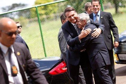 Jair Bolsonaro abraza a Augusto Heleno, uno de sus más fuertes aliados en el gabinete (Reuters)