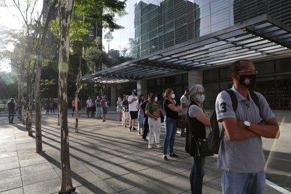 Gente en la puerta de un shopping en San Pablo 11 de junio de 2020 (REUTERS/Amanda Perobelli)
