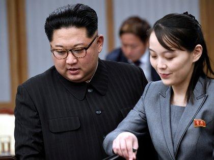 Kim Yo Jong habla con su hermano Kim Jong un
