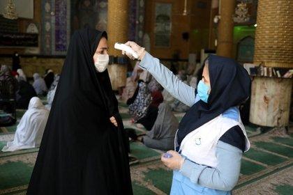Revisiones de temperatura antes del rezo en una mezquita (Reuters)