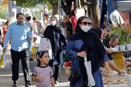 La cuarentena nunca llegó a ser acatada del todo en la capital, ya que siguieron viéndose multitudes en los mercados en el marco de las festividades de Año Nuevo (AFP)