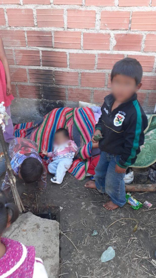 Fotografía de los niños y su madre antes de ser separados. CRÉDITO: Voces Libres