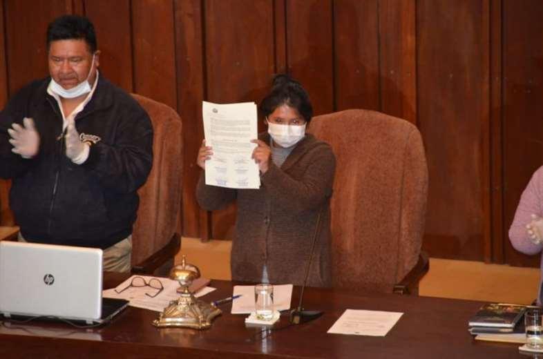 Eva Copa con la Ley de Postergación de Elecciones en las manos tras su aprobación